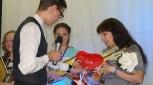 Детское жюри вручает награду учителю из Кумёнского района О.Г.Шкаредной, учителю химии