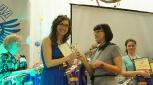 Победитель конкурса 2014 г. Я.Л.Шишкина передаёт награду победителю конкурса 2015 г.