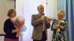 А.Л.Семейшев, Н.Б.Огородова поздравляют участницу конкурса Н.Н.Коковихину